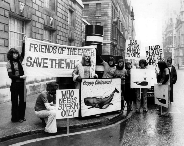 11th December 1975:  Protesters demonstrate outside the Ministry of Agriculture in Whitehall, London, with a Christmas card for the minister.  (Photo by Angela Deane-Drummond/Evening Standard/Getty Images)