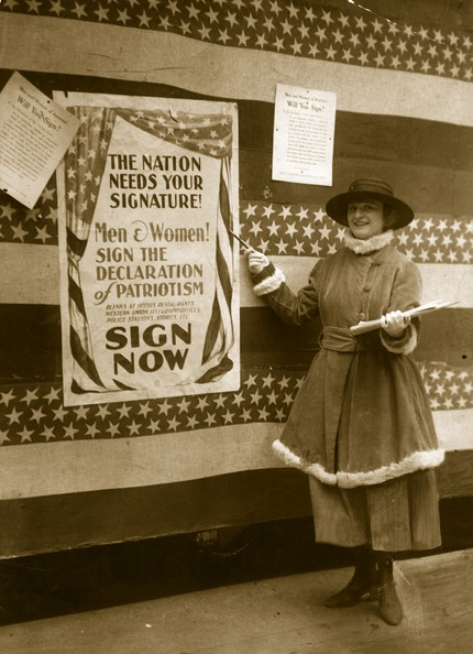 Patriotic Campaign 28th March 1917:  An American woman encouraging people to sign the 'Declaration of Patriotism', at the time of America's entry to the Great War.  (Photo by Hulton Archive/Getty Images)  -- Image Date: 28/03/1917  -- Image Date: 28/03/1917