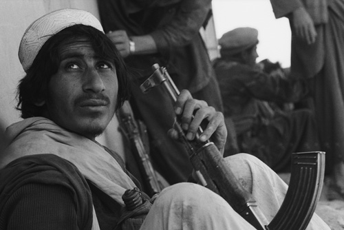 Members of an Afghan Mujahideen group during an attack on Jalalabad, Afghanistan, March 1989. (Photo by David Stewart-Smith/Getty Images)