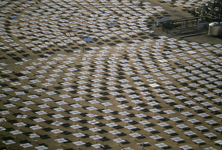 Field of solar-power 10 megawatt heliostat mirrors  Daggett  California