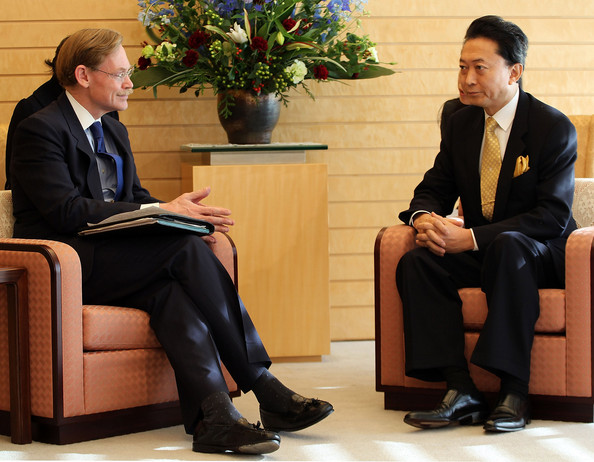 World Bank President Robert Zoellick Meets Japanese Prime Minister Hatoyama: TOKYO - DECEMBER 07:  (L-R) The World Bank President Robert Zoellick meets with Japanese Prime Minister Yukio Hatoyama at Hatoyama's official residence on December 7, 2009 in Tokyo, Japan. Zoellick is in Japan for three days to discuss Hatoyama administration's assistance policy to developing countries with Japanese officials.  (Photo by Koichi Kamoshida/Getty Images)