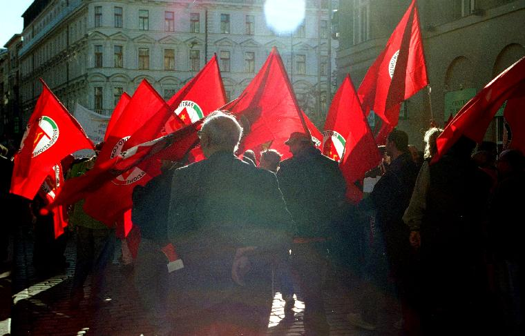 PRA2000092301 - 23 SEPTEMBER 2000 - PRAGUE, CZECHOSLOVAKIA: Communists march through the streets of central Prague in the Czech Republic, September 23, 2000 during an anti-globalization protest.   rw/Ami Cohen.    UPI