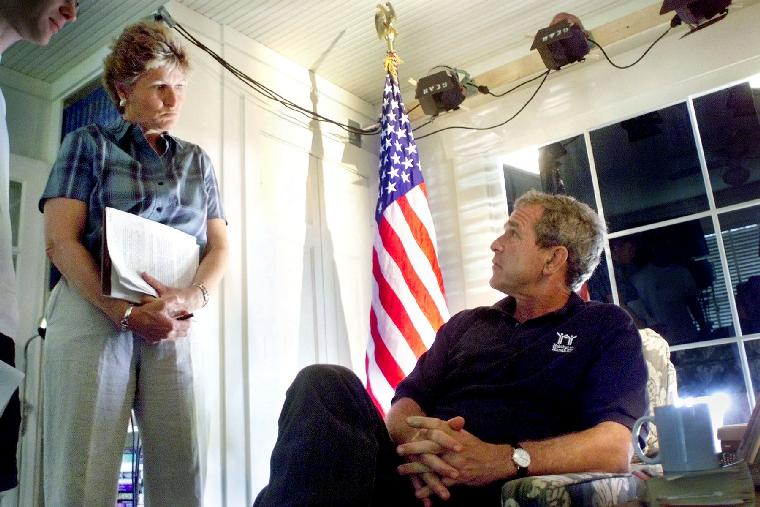 WAX2001080902 - 09 AUGUST 2001 - CRAWFORD, TEXAS, USA:  President George W. Bush and counselor Karen Hughes prepare for his address to the nation on stem cell research at the Bush Ranch in Crawford, Texas, August  9,  2001.       cc/WHP/ERIC DRAPER        UPI