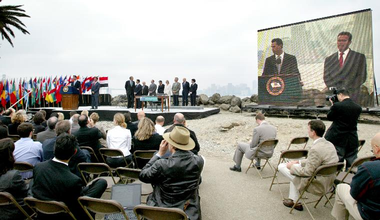 SCHWARZENEGGER SIGNS BILL FOR REDUCTION OF GREENHOUSE GASES: San Francisco Mayor Gavin Newsom, introduces California Governor Arnold Schwarzenegger to speak, before signing the California Global Warming Solutions Act of 2006, to reduce California's greenhouse gas emissions, on Treasure Island in San Francisco, on September 27, 2006.   (UPI Photo/Ken James)