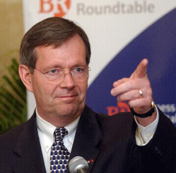 HHS SUPPORTS INCREASING IT IN HEALTH CARE-Health and Human Services Secretary Michael Leavitt talks about how information technology should be encouraged in the health care field during a news conference in Washington on May 11, 2005.   (UPI Photo/Roger L. Wollenberg)