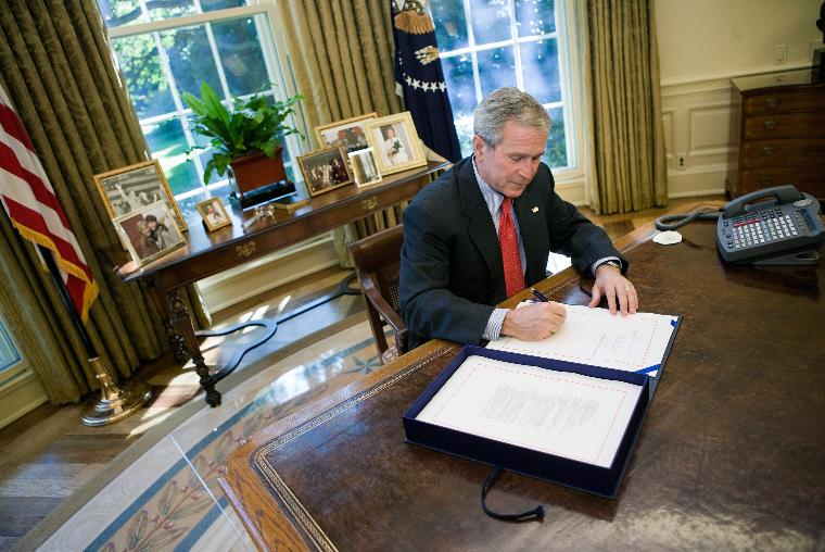 U.S. President Bush signs the Emergency Economic Stabilization Act of 2008  in Washington: U.S. President George W. Bush signs the Emergency Economic Stabilization Act of 2008 after the U.S. House of Representatives passed the legislation, allowing $700 billion to be used to bailout the financial industry, in the Oval Office  in Washington on October 3, 2008.  (UPI Photo/Brendan Smialowski/POOL)